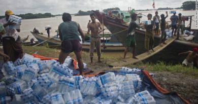 myanmar-volunteers-load-food-supplies