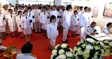 thai-government-officials-sign-condolence-book