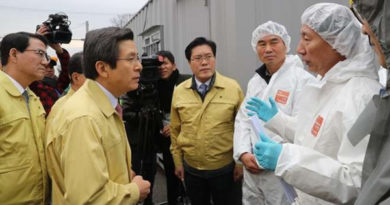 acting-south-korean-president-hwang-kyo-ahn-listens-to-a-quarantine-official-during-a-visit-to-a-poultry-farm