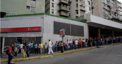 venezuelans-queue-up-to-exchange-banknotes-pulled-from-circulation