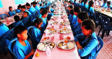 1-students-at-ban-nong-pla-sawai-wait-for-egg-lunch