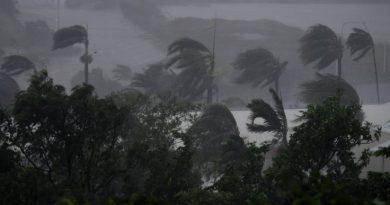 Cyclone Debbie hits Australia