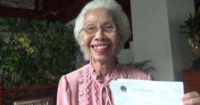 Thai grandma gets her bachelor's degree