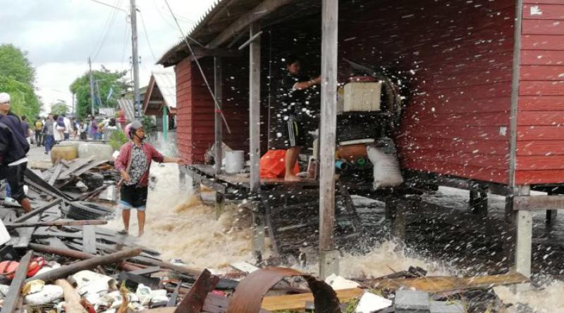 Waves batter coastal homes Songkhla