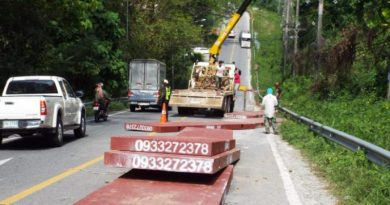 Metal sheets fall on Patong road, block traffic