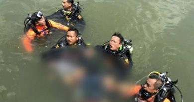 Divers rescuing drowned woman
