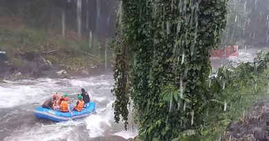 Tourists ignore bad weather go rafting