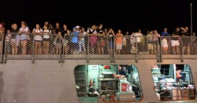 Thai Navy ship rescues tourists