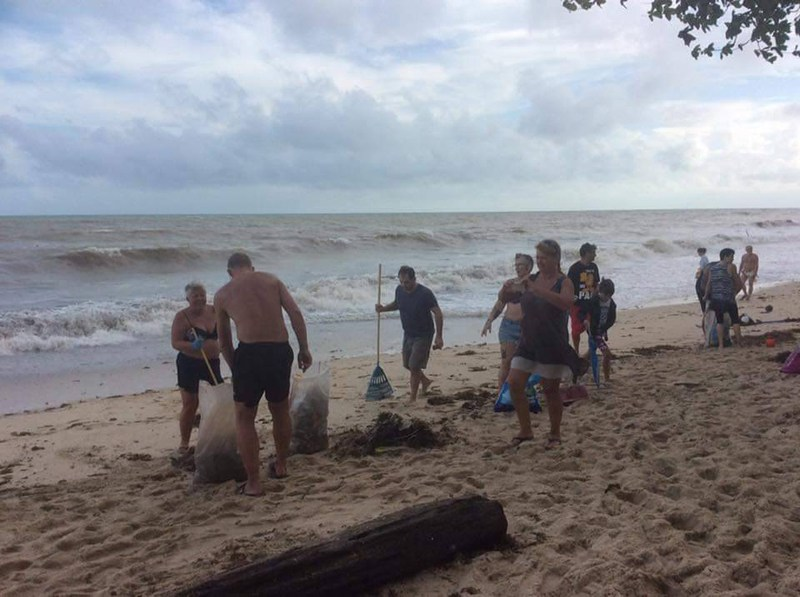 Locals-and-tourists-join-in-beach-clean-up-effort-at-Lamai-Beach-Ko-Samui-6Jan2019-2