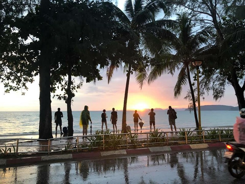 Tourists-enjoying-sunrise-at-Ao-Nang-Krabi-6Jan2019-1